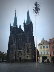 Kostel Nanebevzetí Panny Marie, Resselovo náměstí